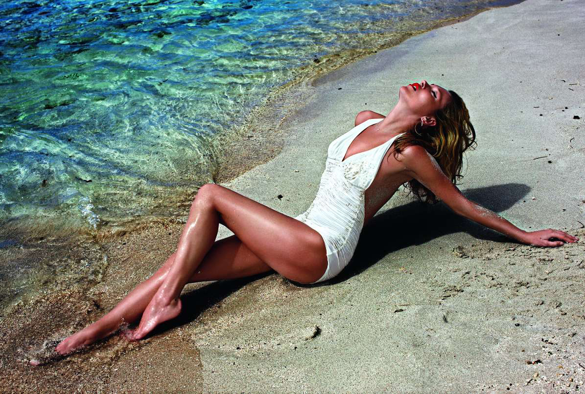 Kate Moss on St Barths Beach photo by Mario Sorrenti, Vogue France